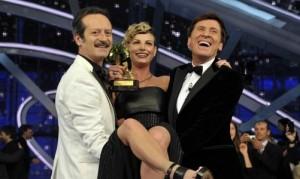 La vincitrice di Sanremo, Emma Marrone, con i presentatori Rocco Papaleo e Gianni Morandi