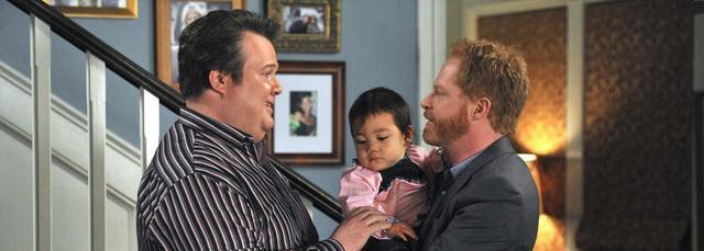 Cameron e Mitchell, coppia gay di Modern Family, con la figlia Lily