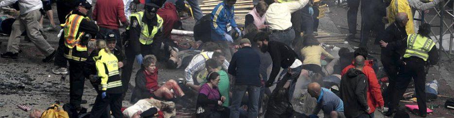 """L'attentato alla maratona di Boston, uno dei peggiori casi di terrorismo degli ultimi anni (foto di Aaron """"tango"""" Tang via Wikimedia Commons)"""